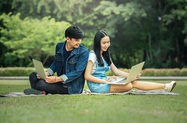 Adolescentes usando la nueva red social en el ordenador